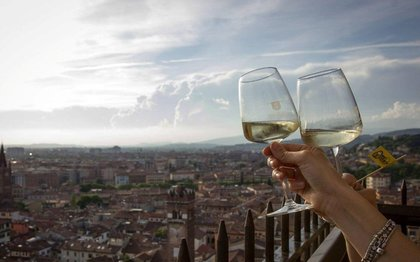 Verona dresses with wine, flavors and meetings